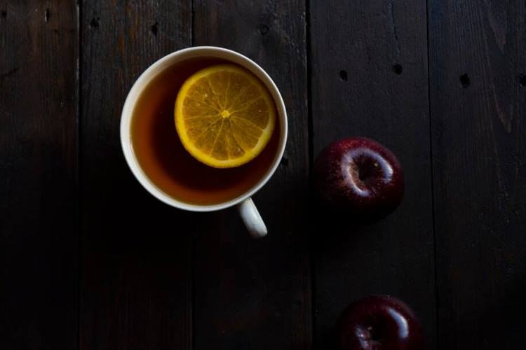 apple tea with lemon slice